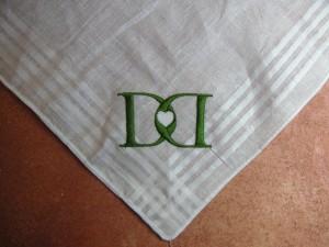 Das Logo auf den weißem Taschentuch